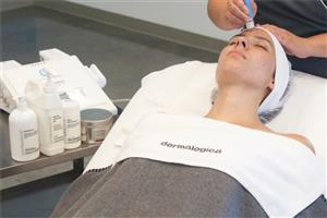 <p>Dermalogica Active Resurface  Medi Facial contains highly active ingredients to smooth the skin and boost exfoliation. Using a combination of Microdermabrasion to gently exfoliate and polish the skin and Sonophoresis to increase the depth and absorption rate of highly active ingredients into the deeper layers of the skin. See visible results after one treatment.</p>